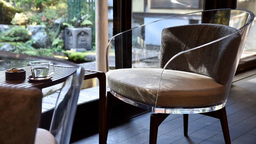 *【ラウンジ】庭園と調和する椅子