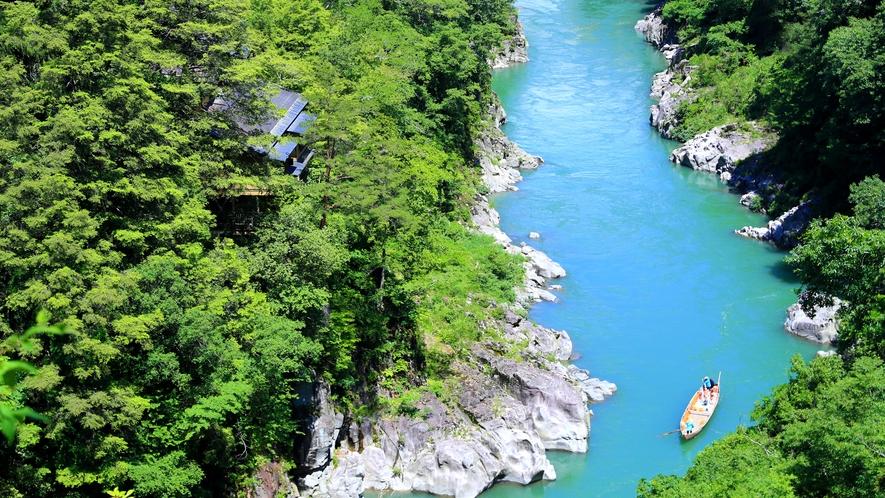 *【外観】天龍川はエメラルドグリーンなど様々な色に変化