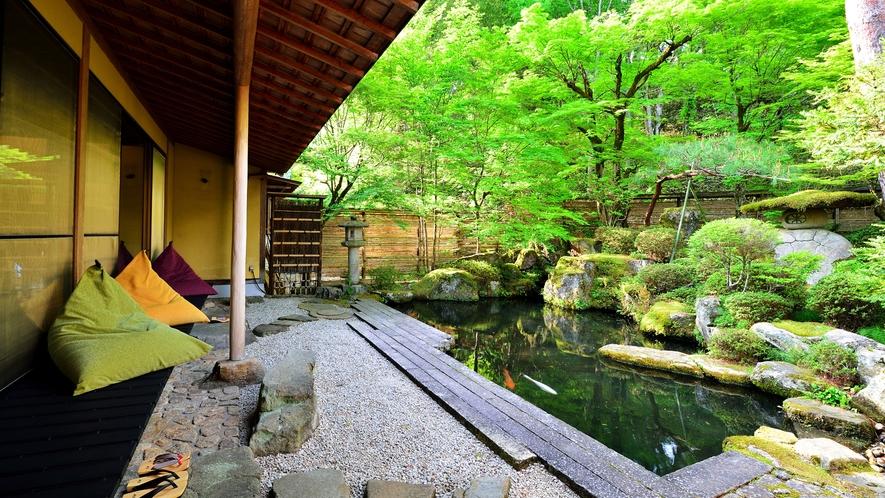 *【ロビーラウンジ】縁側に腰掛けて、鯉ゆらぐ庭を眺め