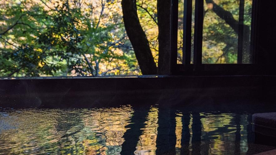 *【紅葉】色彩が温泉の水面に映りこむ