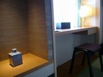 和室10畳 デスクスペースがあり、有線LANにて高速ネット接続OK
