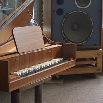 ■JBLスピーカーのあるロビーには、ピアノのお人形も飾られています。音楽にあふれる当館です。