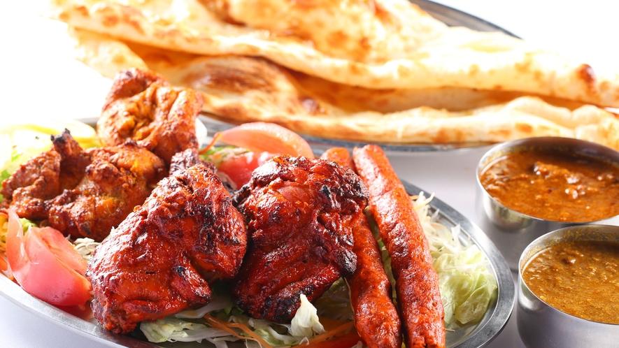 【エスニック料理】『エスニックレストランかもしか』のルンビニセット。焼き立てのナンは最高です!