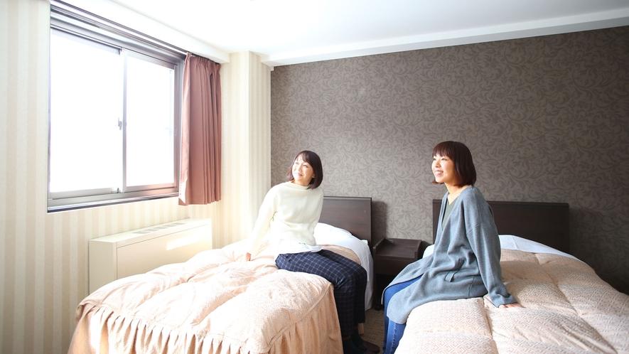 【かもしか館■洋室ツイン(バス付)】窓からは日の光が差し込みます