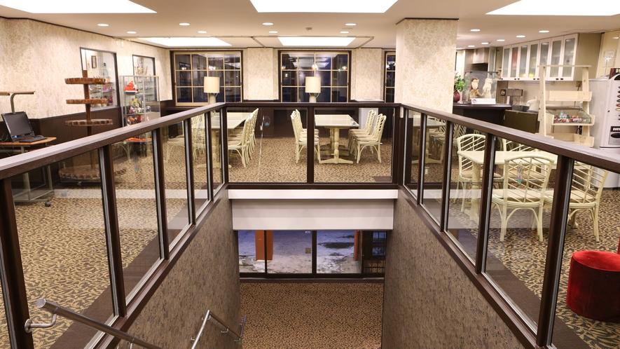 【喫煙・喫茶室】入口からフロントへ。フロントの向いは喫煙・喫茶スペースとなっております。