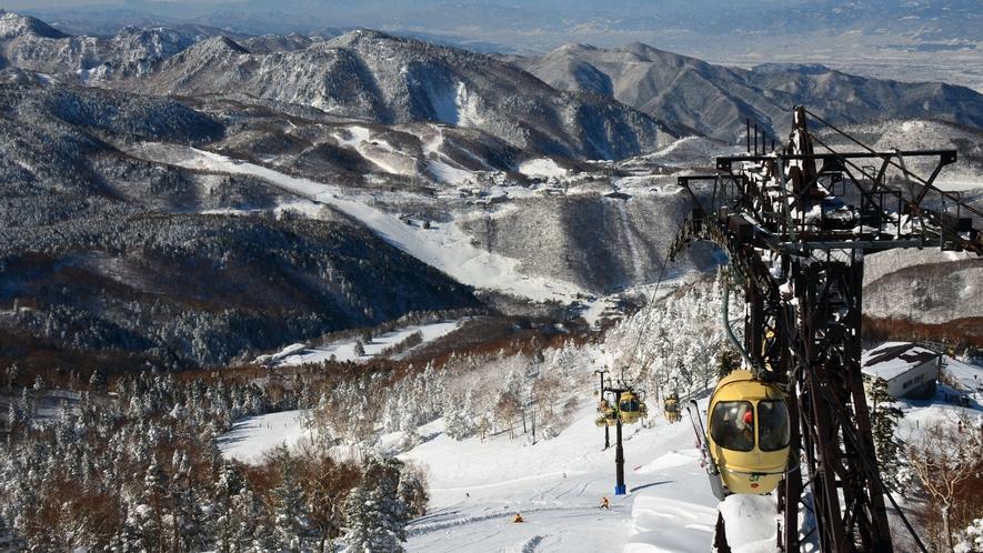 【冬】ゴンドラからの雄大な景色。志賀高原のスキーは雪質も景色も最高です。