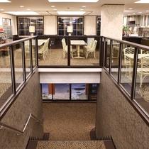■【喫煙・喫茶室】入口からフロントへ。フロントの向いは喫煙・喫茶スペースとなっております。