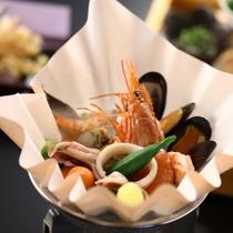 ■【セットメニューの一品】魚介の味がギュッと詰まった小鍋。