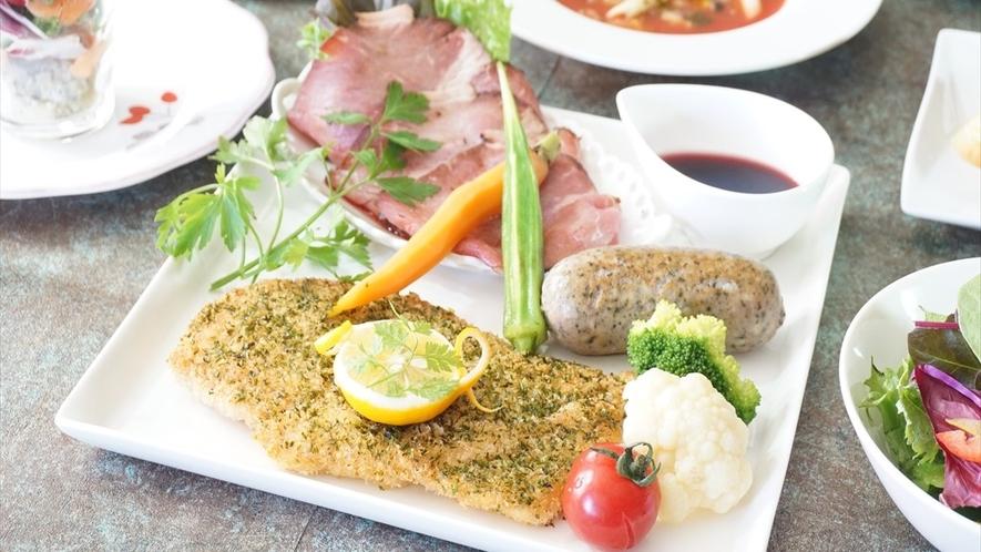 ボリューム満点!三種のお肉を贅沢に味わえます♪