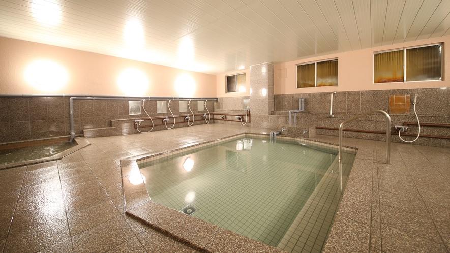 【大浴場】志賀高原の天然水で入る天然風呂。ミネラルが豊富で、体の芯から温まり、お肌もすべすべです。