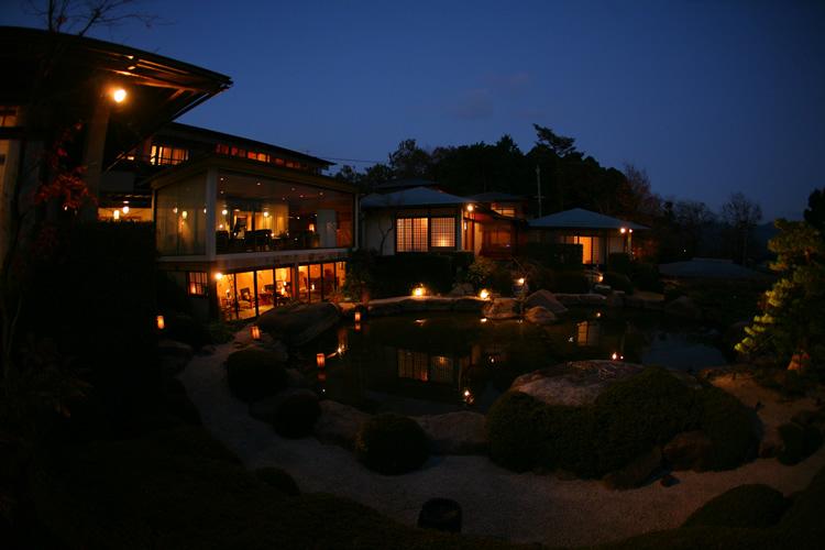 老松の前庭から本館の夜景