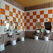 【男性大浴場】シャワー7基。ゆったりとご利用いただけます。