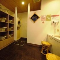 【男性大浴場】アメニティ:クシ/カミソリ/アフターシェーブローション/綿棒。