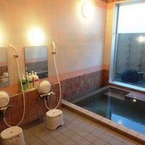 【女性大浴場】シャワー2基。防犯のため入り口にはカギがかかっております。