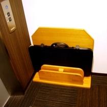 【ズボンプレッサー】客室フロアエレベーター横に設置してあります。どうぞご自由にお使いください。