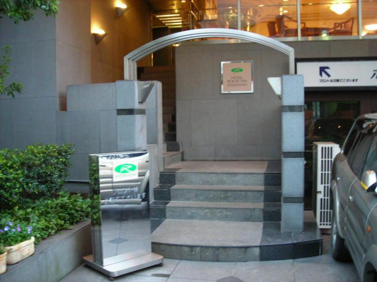 ホテルの入口です。車椅子やベビーカーの方は裏の駐車場からエレベーターで御案内可能です。