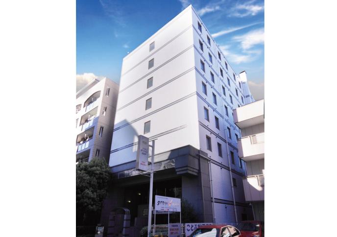 ホテルは8階建ての白い建物です。駅からもご覧いただけます。