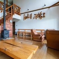 リビングルーム  吹き抜けで気持ちのいい空間 冬には薪ストーブと床暖房