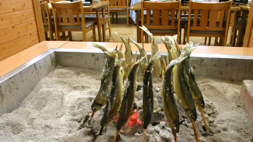 *囲炉裏と鮎  炭火焼の鮎等を夕食に提供しています(メニューにより変更有)