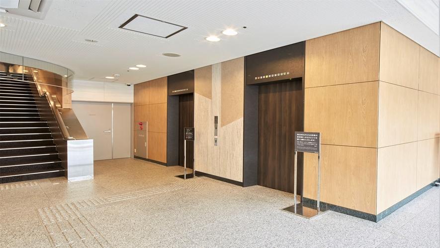 1Fエレベーターから各階に繋がります。(2Fより上の客室階へのアクセスはルームキーが必要です)