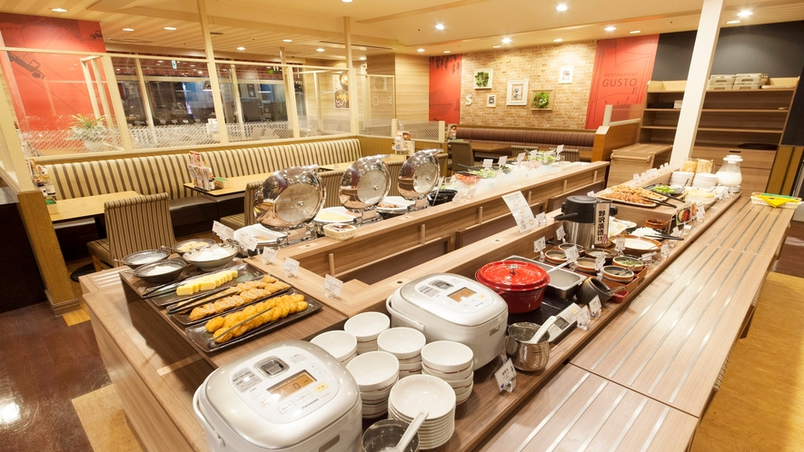 朝食は和洋食のビュッフェ形式でございます。