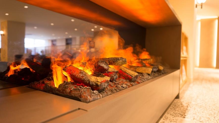 【2Fロビー電気暖炉】水蒸気と光の反射で炎のゆらめきを演出。