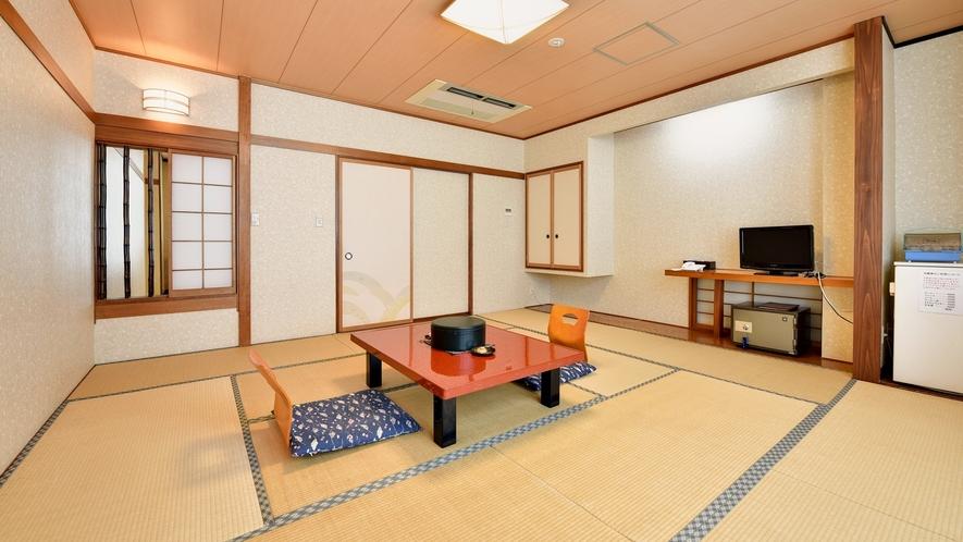 *【和室10畳】窓からの光が明るく差し込む、寛ぎの和室。