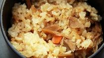 ■【夕食一例単品】 旬を感じる一品、炊き込みご飯