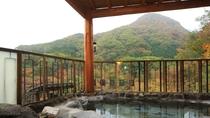 ■展望露天風呂 秋の季節は絶好の紅葉スポットです。