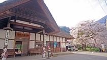 ■湯野上温泉駅-日本でも珍しい茅葺屋根の駅舎★撮影スポットとしても人気です★