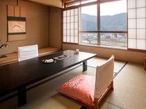 【貴賓室】当館最上階のお部屋で錦帯橋を望めます。