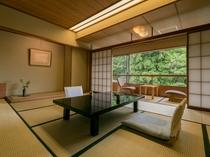 【山側和室】緑溢れる落ち着きのある空間です。