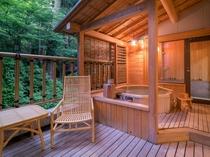 【露天風呂付客室】露天風呂でお寛ぎください。