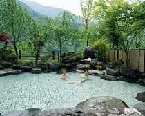 匠の湯の開放的な露天風呂「峡谷」