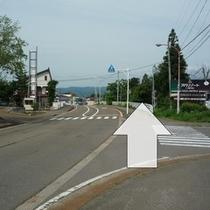 [共通③]この看板の地点でカーナビによって右折指示が出る場合がありますが、道が狭い為直進願います。