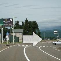 [共通④]右手にヤマザキショップさん(妙高関山店)がある交差点。こちらを右折願います。