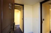 アジョイニングルーム(廊下に出ずに部屋の行き来ができます。)