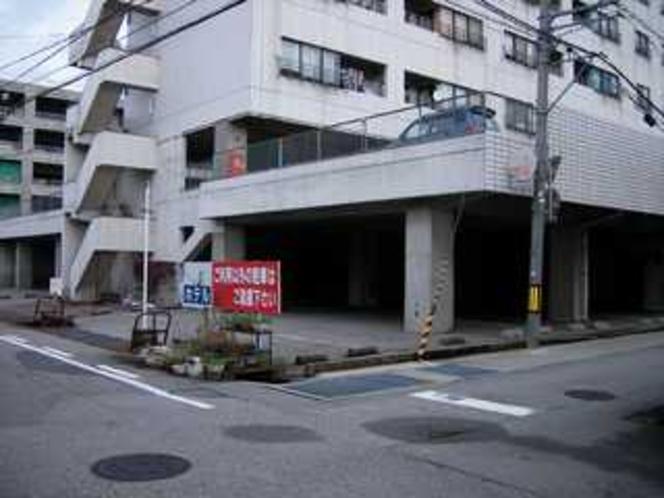 1F駐車場