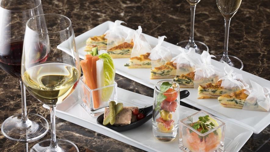 夜のクラブラウンジでは、軽食のほかアルコールもご自由にお召し上がりいただけます!