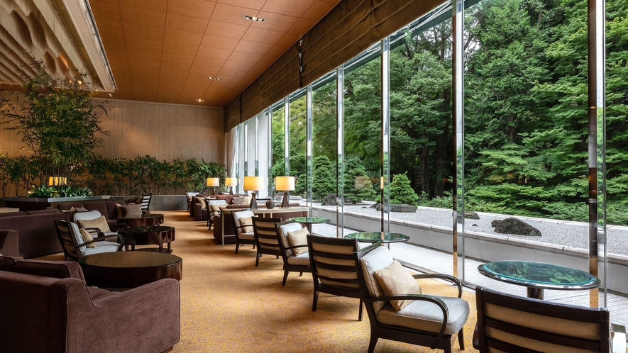 1階の「ロビーラウンジ バンブー」で、日本庭園をながめながら、癒しのひとときをお過ごしください。