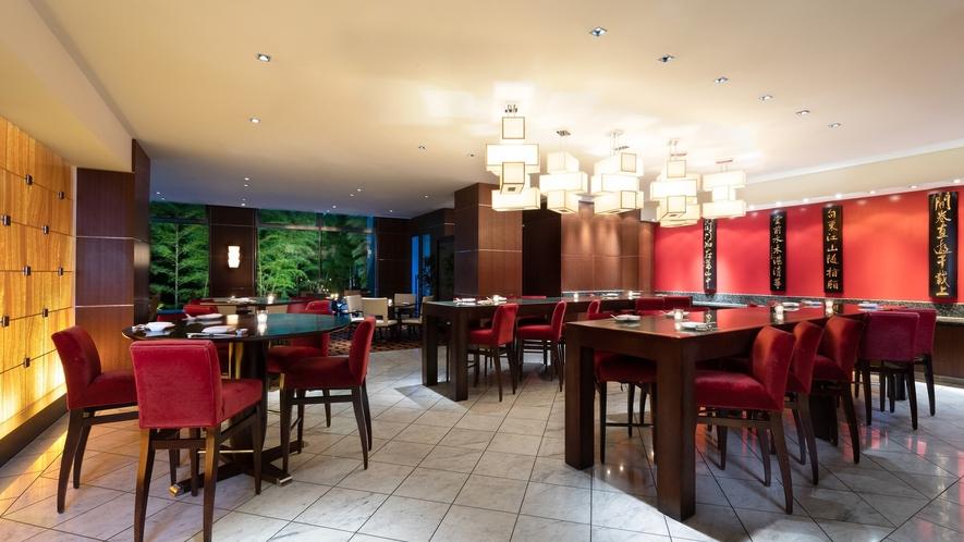 1階の「中国料理 四川」は、日本庭園をのぞむスタイリッシュな空間。個室もございます。