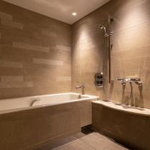 【新】プレミアムフロアのバスルームは、洗い場付きのセパレートタイプです。