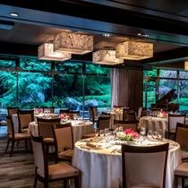 地下1階の「マグノリア」は、大きな窓から日本庭園が見える、人気の宴会場です。