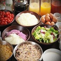 ご朝食は定食の他、サラダやナッツ、納豆やたまご等のビュッフェコーナーもございます。