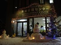 雪だるまやキャンドルなどがお出迎え