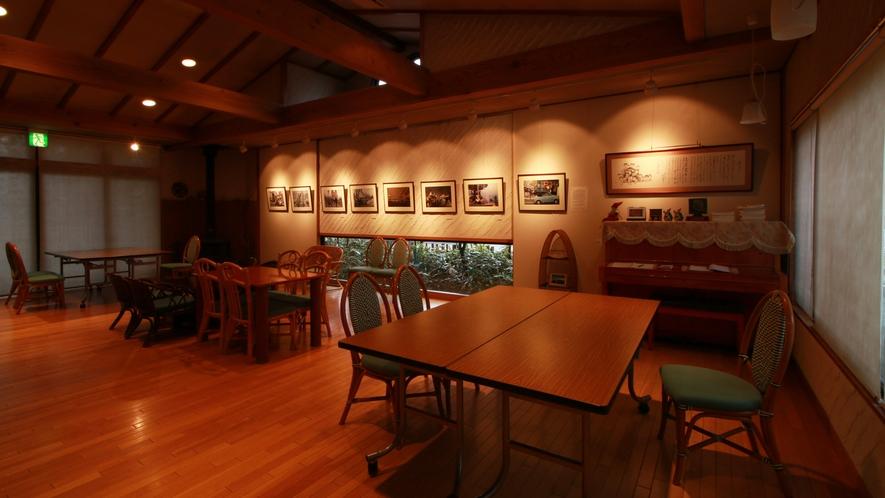 ■喫茶/喫茶ぎゃらりー魔笛-MATEKI-では写真や絵を眺めながら、ゆっくりとお寛ぎいただけます。