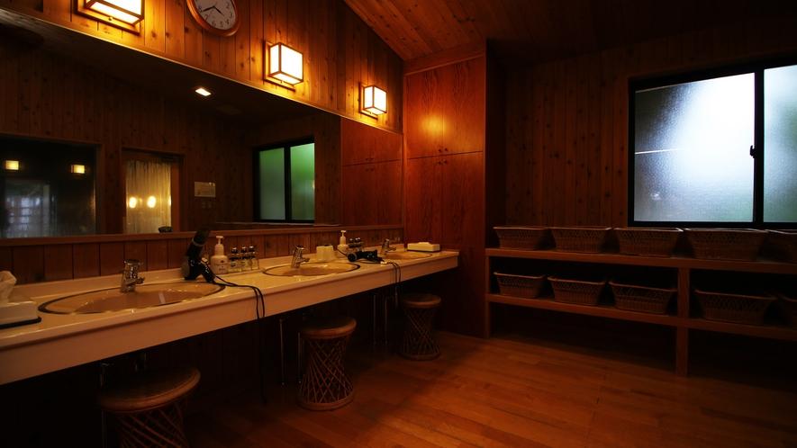 ■温泉/木のぬくもりを感じる清潔感のある脱衣所。