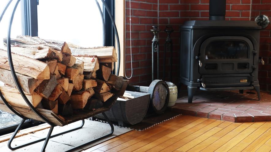 ■館内/冬は薪ストーブのあたたかな光が、心休まる空間。