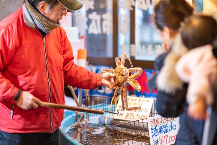 湯楽から徒歩1分!松葉ガニ・海産物販売 朝市広場/店内(冬季のみ営業)