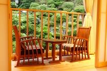 「最高の座り心地」と言われるくつろぎ椅子は色々な形があり、各部屋で違うタイプのものを置いています。